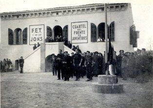 """Acte de celebració del III aniversari de l'alliberació de la ciutat, davant de la caserna del """"Frente de Juventudes"""""""